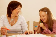 Free Mom And Daughter Painting On Paper Stock Photo - 17392580
