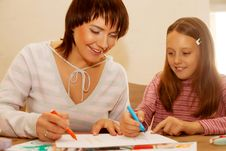 Free Mom And Daughter Painting On Paper Royalty Free Stock Photo - 17392585