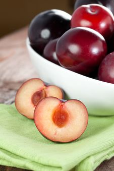 Free Red Plums In Bowl Stock Photography - 17431182