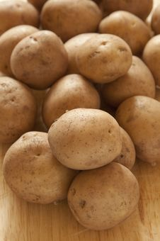 Free Raw Potatoes On Wooden Board Royalty Free Stock Image - 17447196