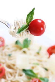 Free Spaghetti, Basil And Tomato On Fork Royalty Free Stock Images - 17461749