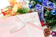Free Christmas Tree And Gifts Royalty Free Stock Photos - 17500138