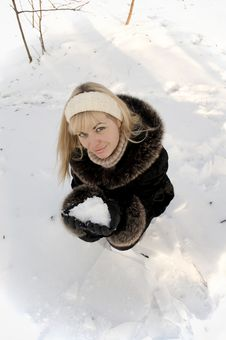 Free The Smiling Girl With Snow In Palms Royalty Free Stock Photos - 17513638