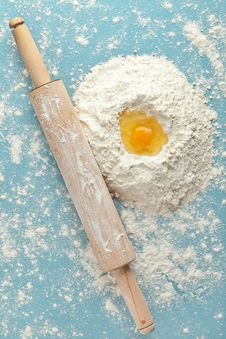 Free Broken Egg On Flour Royalty Free Stock Image - 17517336