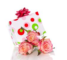Free Gift And Pink Roses Royalty Free Stock Photo - 17518005