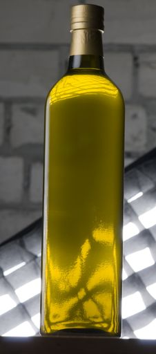 Free Olive Oil Bottle Stock Photography - 17519562