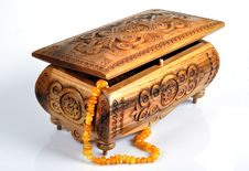 Free Wooden Box And Amber Beads Royalty Free Stock Images - 17570109