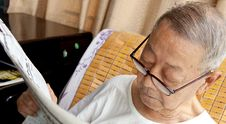 A Senior Man Is Reading Royalty Free Stock Photos