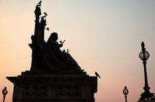 Free Queen Victoria Statue Royalty Free Stock Image - 17577576