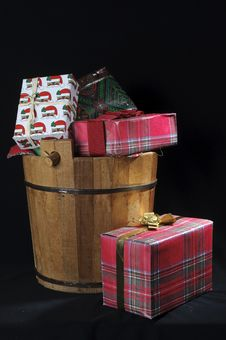 Free Wood Christmas Bucket With Gifts Royalty Free Stock Images - 17590049