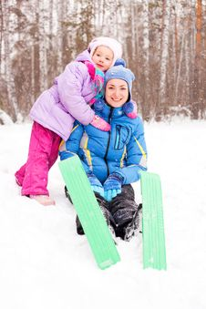 Mother And Daughter Skiing Royalty Free Stock Photography