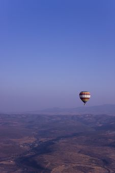 Free Single Hot Air Balloon Flying In Mountains Royalty Free Stock Photography - 17614307