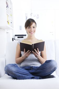 Free Young Woman Reading Book Stock Images - 17702564