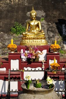 Free The Buddha Held Oblation.Thai-style Worship Stock Images - 17736044