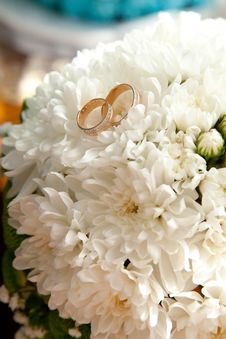 Free Bridal Rings On Flowers Royalty Free Stock Photos - 17754358