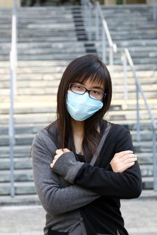 Free Asian Girl Who Is Sick And Wearing Mask Royalty Free Stock Images - 17758379