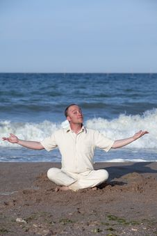 Free Young Businessman Doing Yoga On A Beach Royalty Free Stock Photo - 17768545