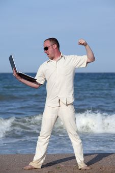 Free Angry Man Punching Laptop At The Beach Royalty Free Stock Photography - 17768547