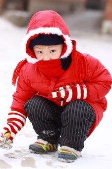 Free Asian Boy Is Playing Snow Royalty Free Stock Images - 17768889