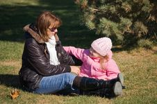 Free Mum With A Daughter In Autumn Park Stock Images - 17770224