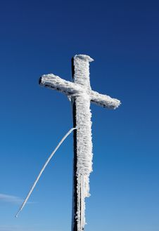 Free Wooden Cross Under Snow Royalty Free Stock Images - 17771859