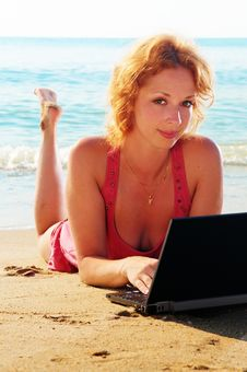 Free Girl On The Beach With A Computer Royalty Free Stock Images - 17782969