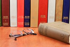 Free Glasses With Old Hardcover Books Royalty Free Stock Images - 17789499
