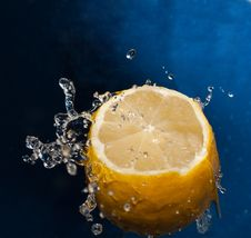 Free Water Splash On A Lemon Stock Photography - 17795062