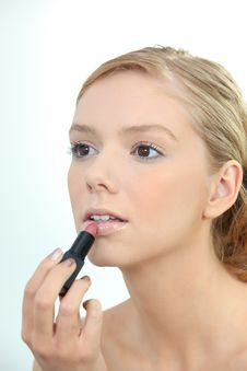 Free Young Woman Applying Lipstick Royalty Free Stock Images - 17821759