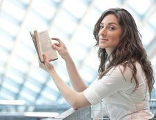 Free Elegant Young Woman Reading Royalty Free Stock Photos - 17829908