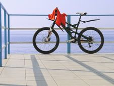 Free Alone Bicycle At The Seafront Fence In Sunny Day Stock Photo - 17831390