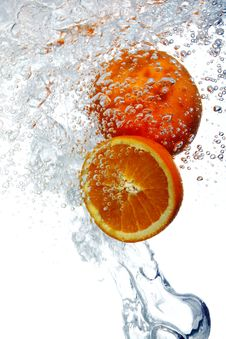 Free Oranges Dropped Into Water Stock Photography - 17835042