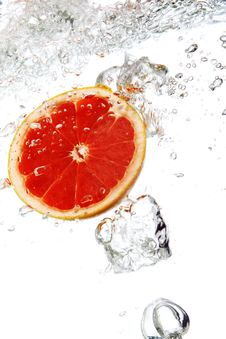 Free Grapefruit Dropped Into Water Royalty Free Stock Photography - 17835057