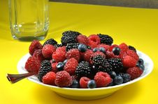 Free Plate Of Healthy Berries Royalty Free Stock Photos - 17843118