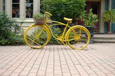 Free Yellow Bycicle Royalty Free Stock Photos - 17882428