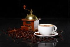 Free Coffee Mill On The Table With Coffee Beans Around Royalty Free Stock Images - 17886549