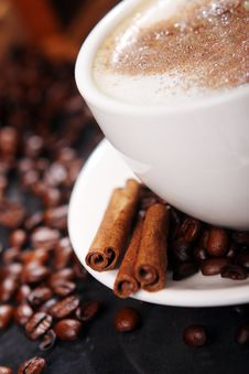 Free Coffee Cup On The Table With Coffee Beans Around Royalty Free Stock Photos - 17886568