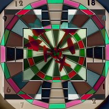 Free Darts Hitting Directly In Bulls Eye Royalty Free Stock Images - 17889529