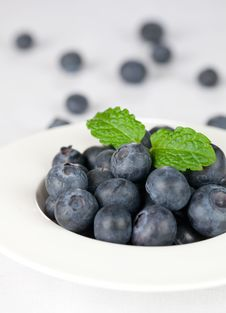 Free Fresh Blueberries In A Bowl Royalty Free Stock Images - 17890359