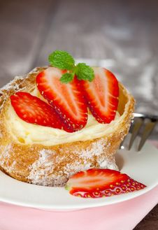 Free Cream Puff With Strawberry Stock Images - 17904164
