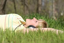 Free Girl Listen To Music Royalty Free Stock Photography - 17904377