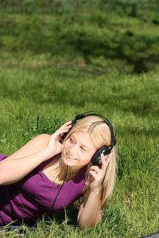 Free Girl Listen To Music Stock Images - 17904384