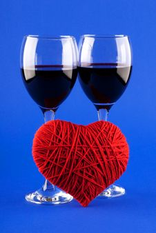 Free Two Glasses Of Wine And A Red Heart Royalty Free Stock Image - 17905886