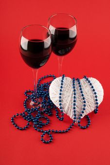 Two Glasses Of Wine And A Heart Royalty Free Stock Photos