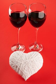 Free Two Glasses Of Wine And A White Heart Made Of Wool Stock Images - 17905944