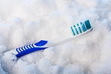 Free Blue Toothbrush On A Snow Stock Images - 17915134