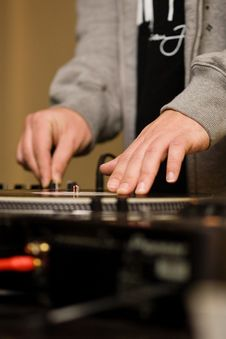 Free Hands Of A DJ Playing Vinyl Royalty Free Stock Images - 17925549