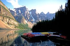 Canoes At Moraine Lake Royalty Free Stock Photos
