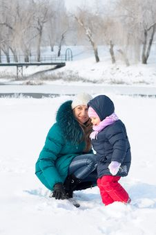 Free Mother And  Kid Having Fun Outdoors On  Winter Day Royalty Free Stock Photography - 18010597