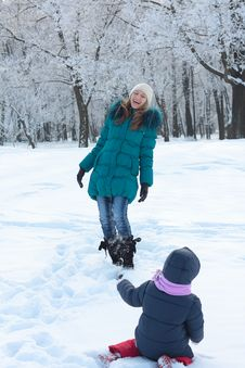 Free Mother And  Kid Having Fun Outdoors On  Winter Day Royalty Free Stock Images - 18010609